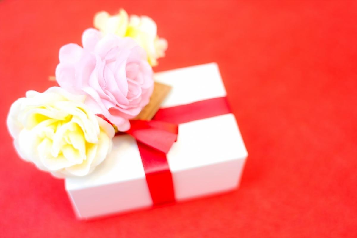 画像:お花とプレゼント https://www.pakutaso.com/20130109030post-2368.html