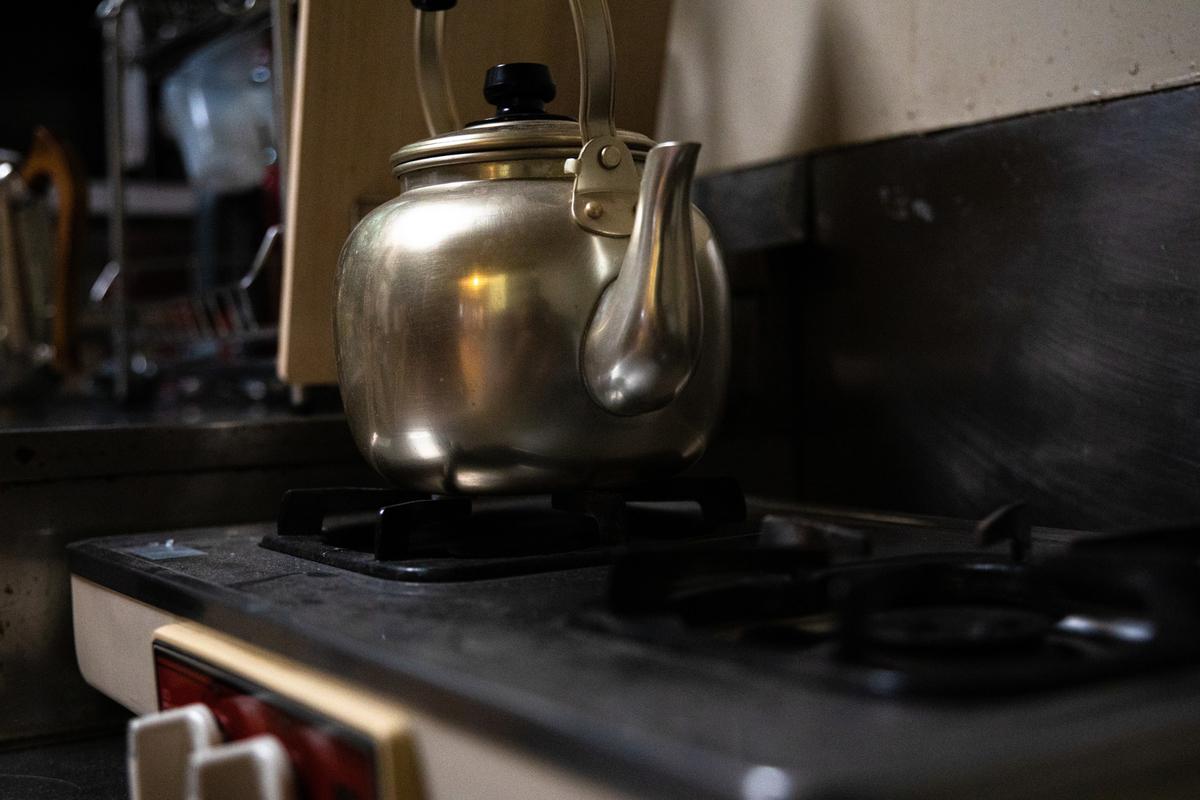 画像:ガス台に置かれたやかん https://www.pakutaso.com/20200611156post-27515.html