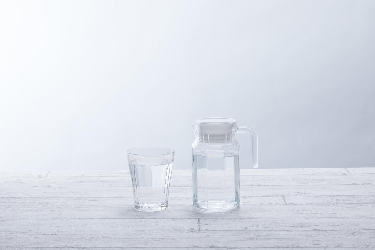 水が入ったグラスとポット