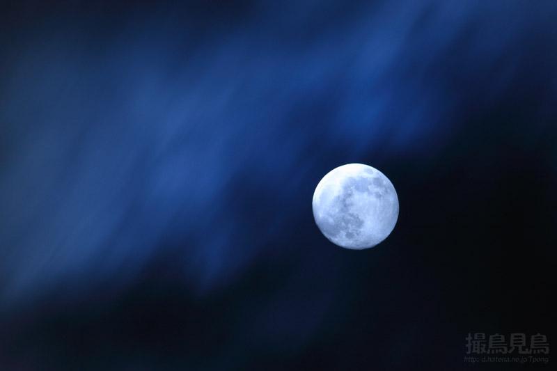 月を洗う雲