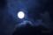 雲間を漂う月