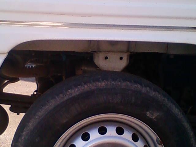 コンテナに籾を入れる前の軽トラック荷台とタイヤ
