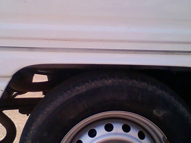 コンテナに籾を入れた後の軽トラック荷台とタイヤ