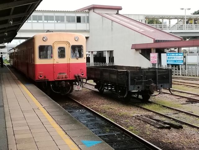小湊鐵道 五井駅にて列車と無蓋貨車