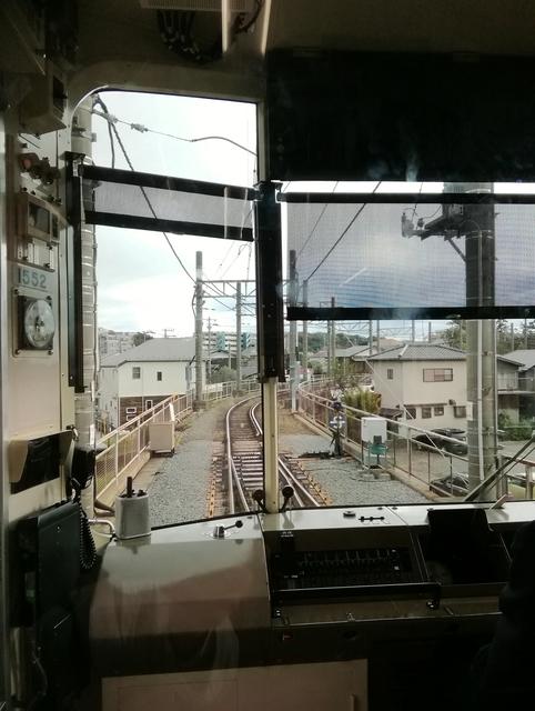 藤沢駅にて江ノ電 1000形から前方を望む