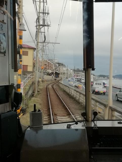 鎌倉高校前駅の手前で海岸線が見える