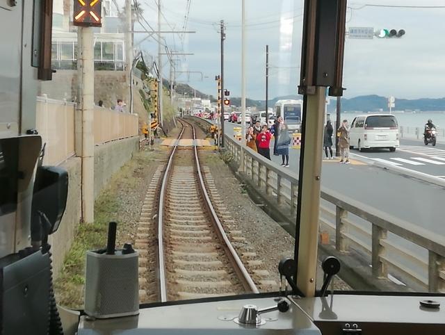 七里ヶ浜駅手前(藤沢側)の有名な信号機と踏切