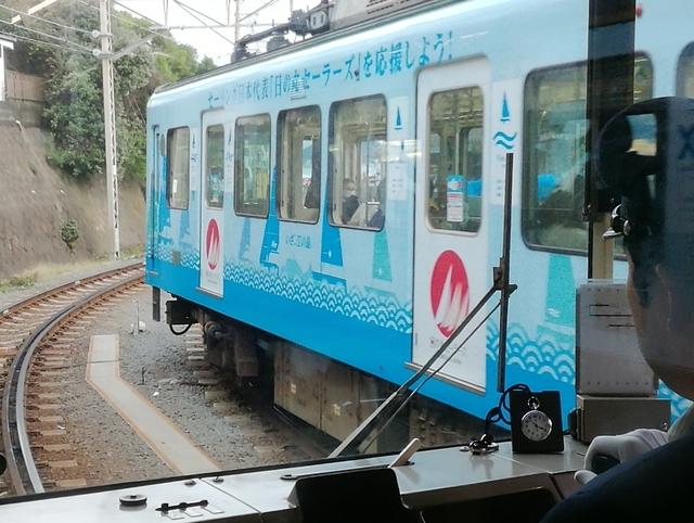 対向電車の最後尾(鎌倉側)がラッピング車両