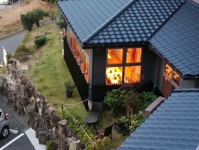 お宿の窓から見た夕食会場