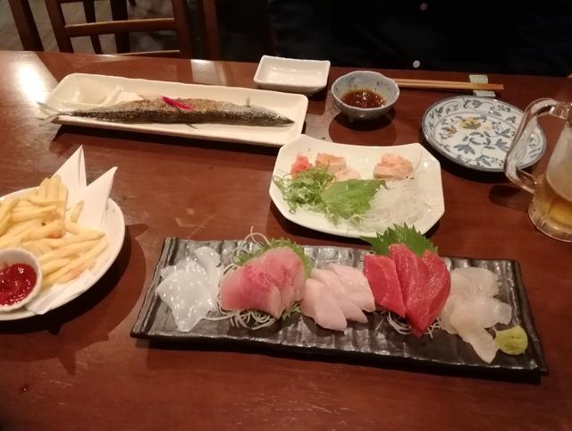 焼きサンマ、アン肝、刺し盛り(ヤリイカ、キハダ、鰆、マグロ、鯛)