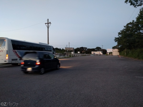 江川海岸の駐車場には観光バスも