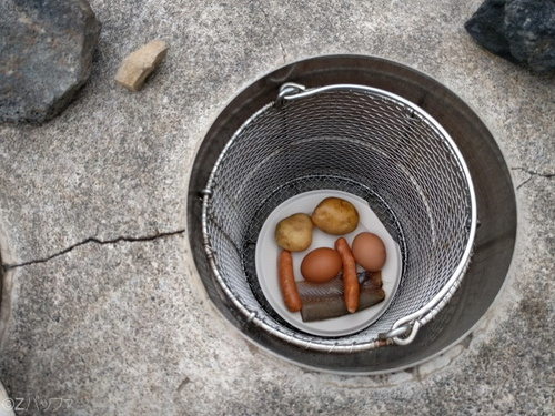 青ヶ島の地熱釜に卵をセット