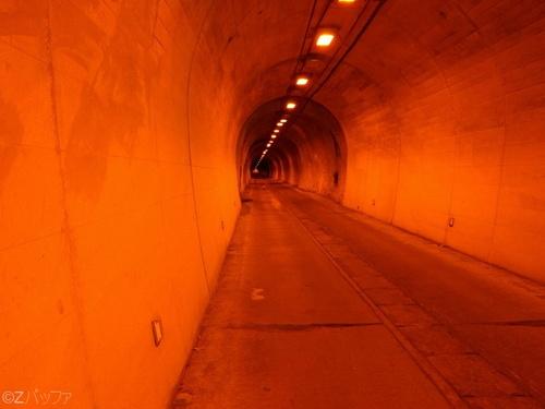 青ヶ島の青宝トンネル内部