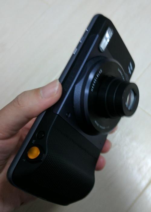 Moto ZとハッセルブラッドTrue Zoomカメラが合体した状態