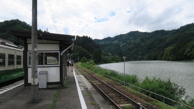会津川口駅と只見川の風景