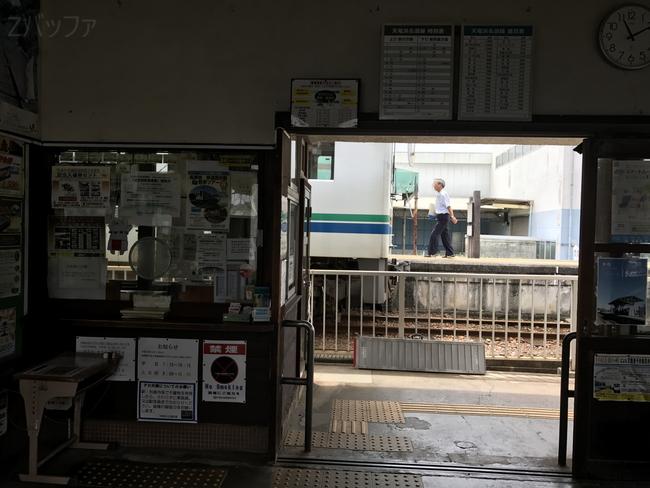 金指駅の駅舎内の写真