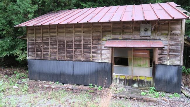 尾盛駅にある朽ちた倉庫