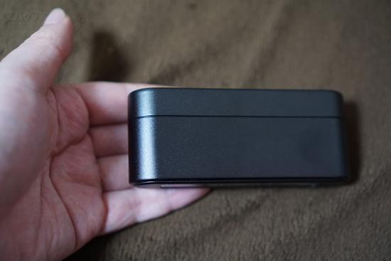 ソニーのワイヤレスイヤホン格納ケースは手全体に収まるぐらいの大きさ