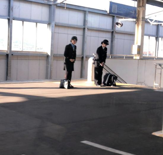 JR児島駅にてJR四国の女性車掌さんがお見送り