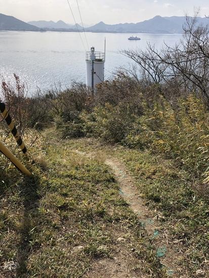 灯台までの道は急斜面