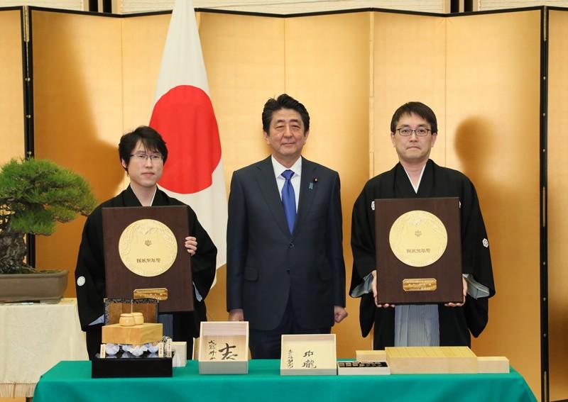 総理大臣官邸で羽生善治氏及び井山裕太氏に対する国民栄誉賞の表彰式