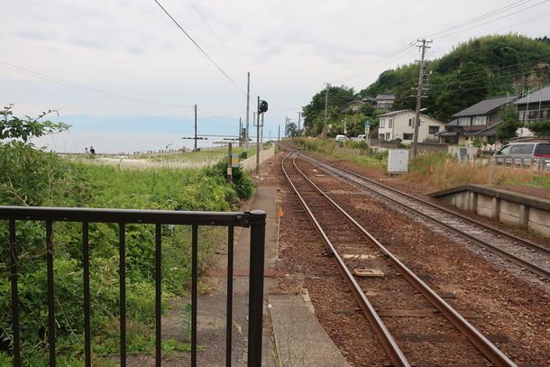 雨晴駅のホーム先端から見える海と山の景色