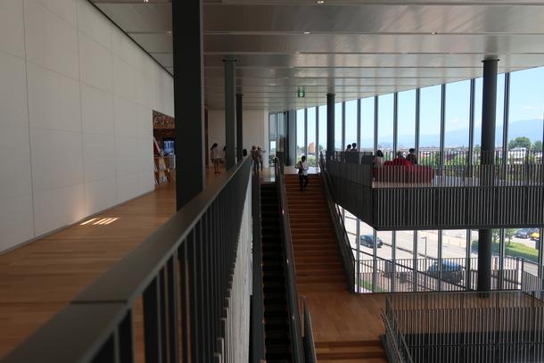 富山県立美術館の内部