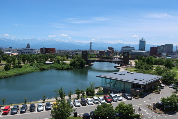 富山県立美術館の屋上から環水公園を眺めた景色
