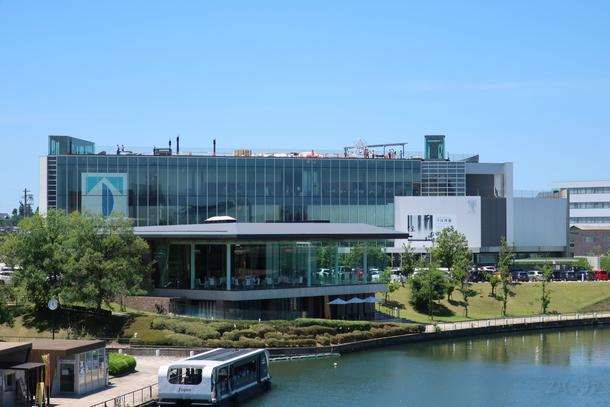 富岩水上ラインと富山県立美術館