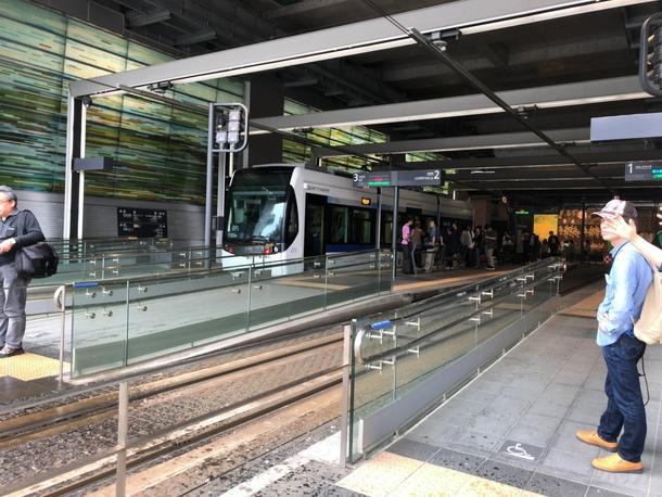 富山駅に隣接する路面電車「市電」のホーム