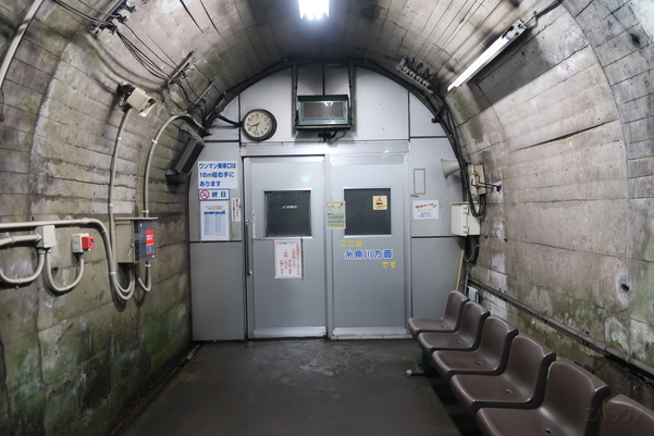 筒石駅の待合室(糸魚川方面)