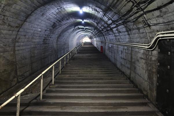 地上の駅舎へとつながる階段