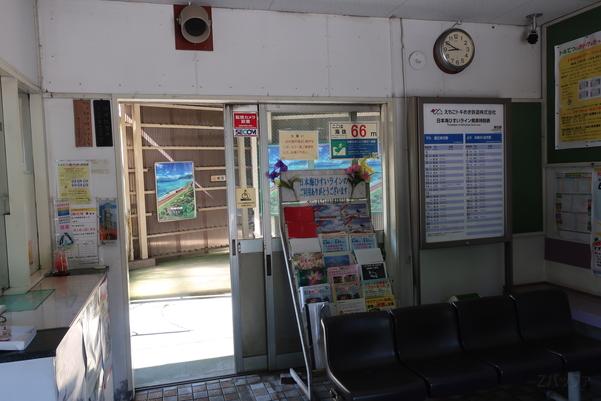 筒石駅の地上待合室