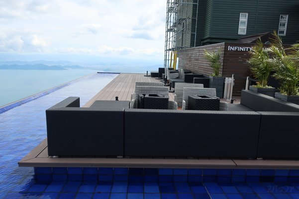 びわ湖テラスのインフィニティ・ラウンジと琵琶湖の景色