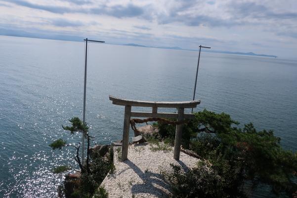 拝殿から望む鳥居と琵琶湖