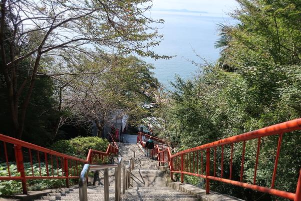 竹生島には急勾配の階段が多くあります