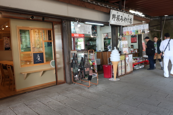 竹生島の野坂みやげ店