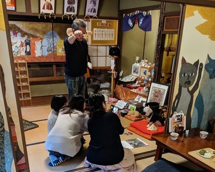 女性に囲まれる猫猫寺の小雪住職