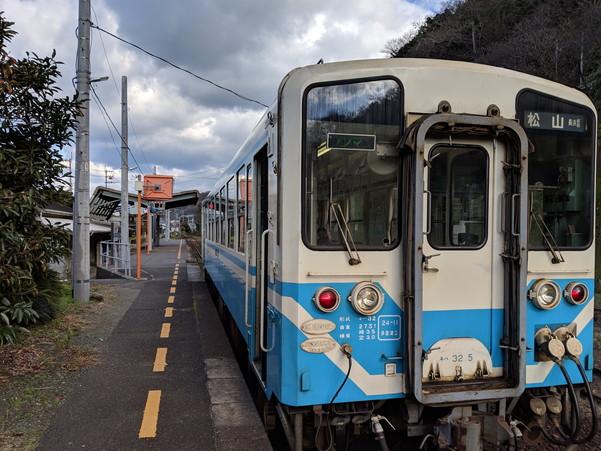 伊予長浜駅に到着したJR予讃線の列車