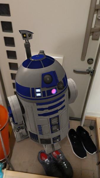玄関にスター・ウォーズのR2-D2を召喚