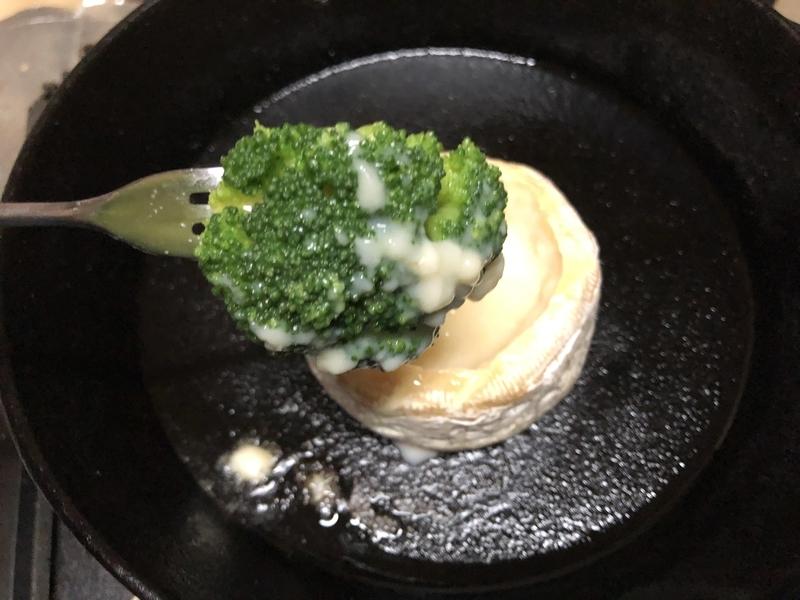 カマンベールチーズフォンデュのブロッコリー