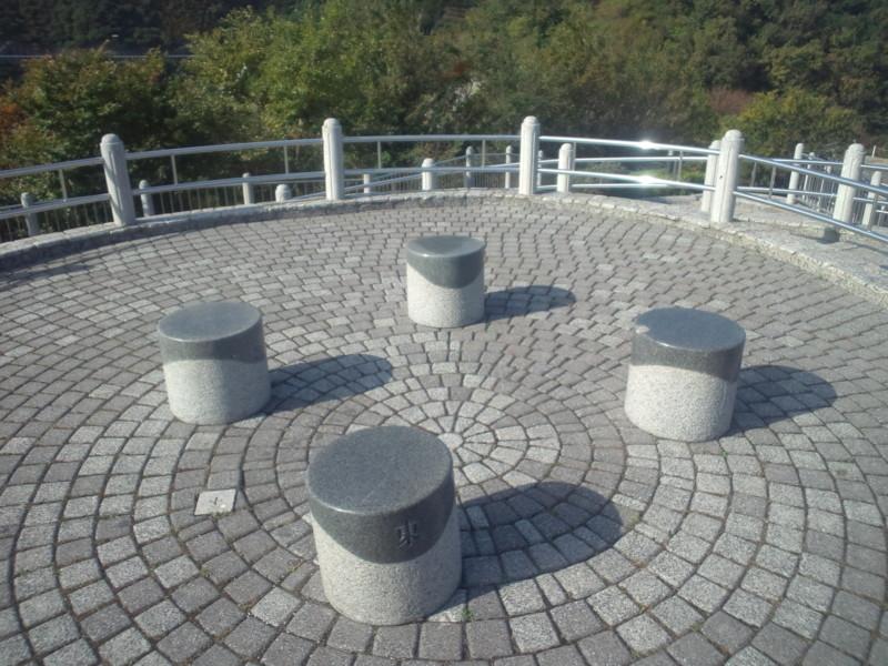 歴史の見える丘公園・石のベンチ×4