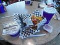 米国最後の昼飯。サーモンタコスとクラムチャウダー