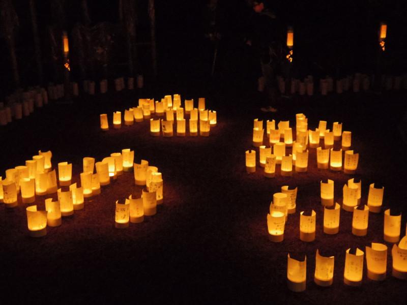 たまゆらの文字に並べられた竹灯り