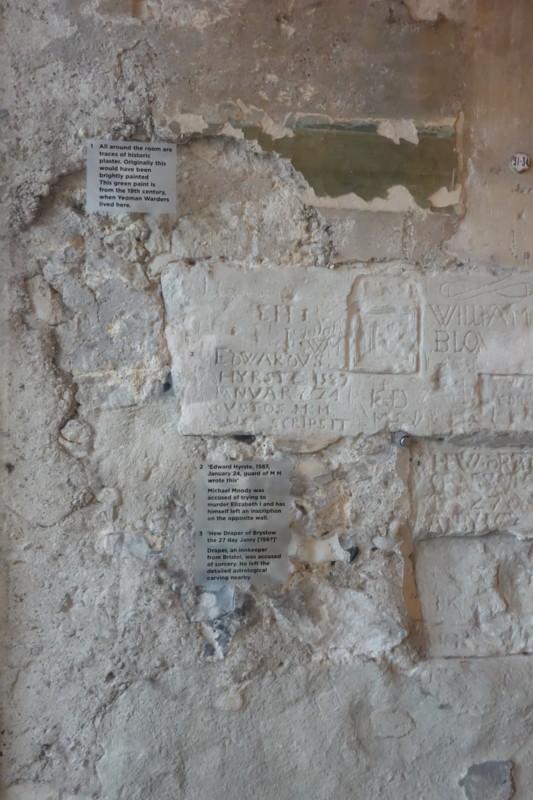 囚人の手彫り跡