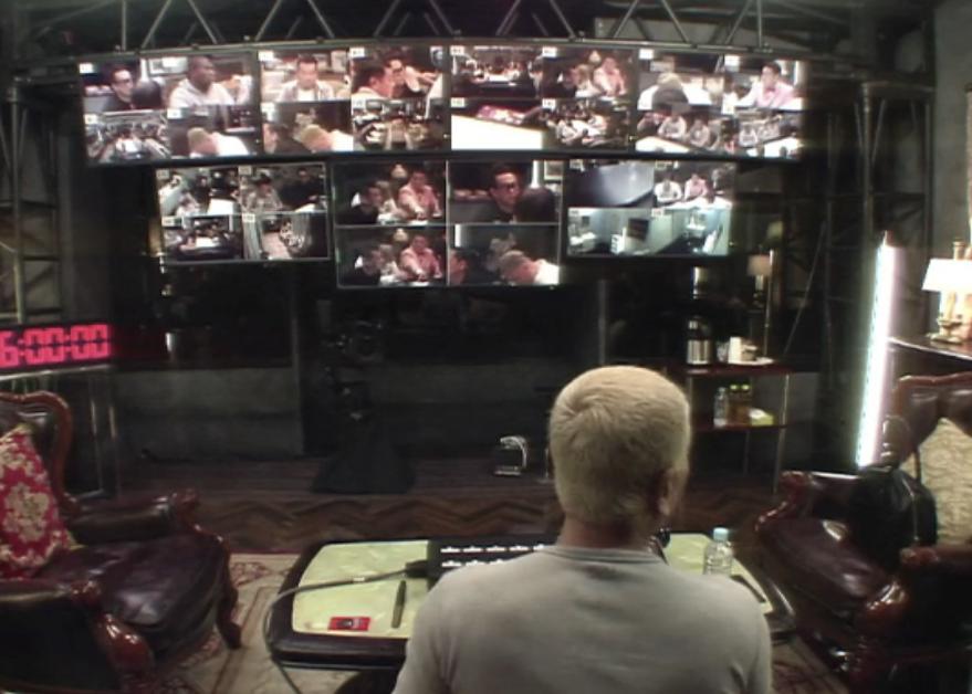 密室を監視する松本人志と複数のモニター