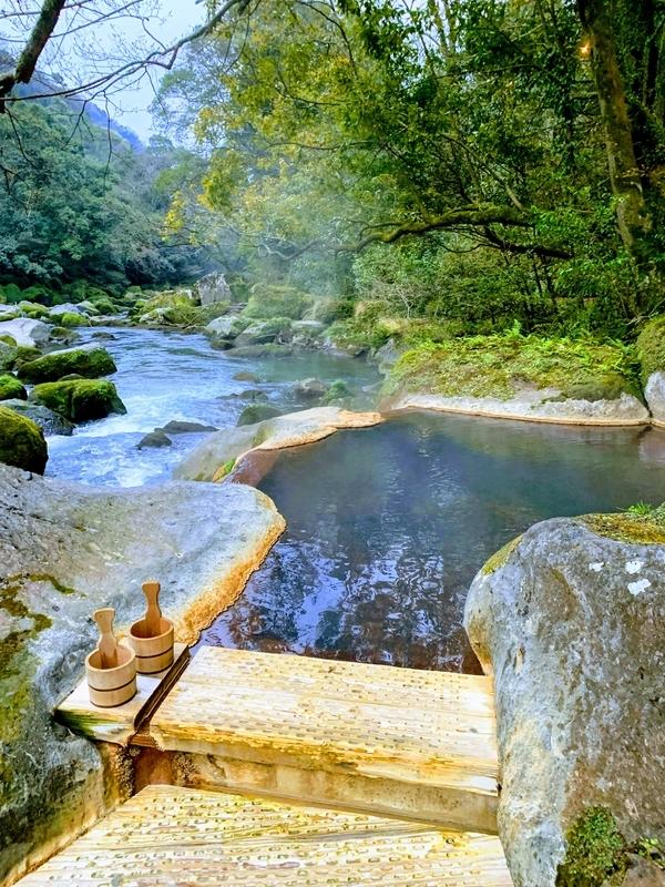 川を見ながらの露天風呂「椋の木」 | 妙見石原荘