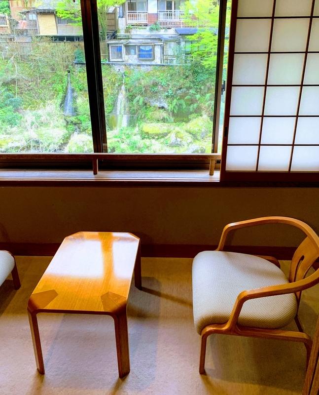 部屋の様子:窓の外は天降川 | 妙見石原荘