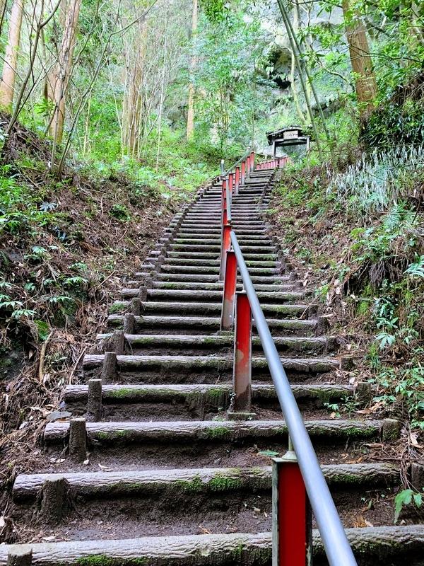 熊襲の洞窟につづく階段 | 妙見石原荘