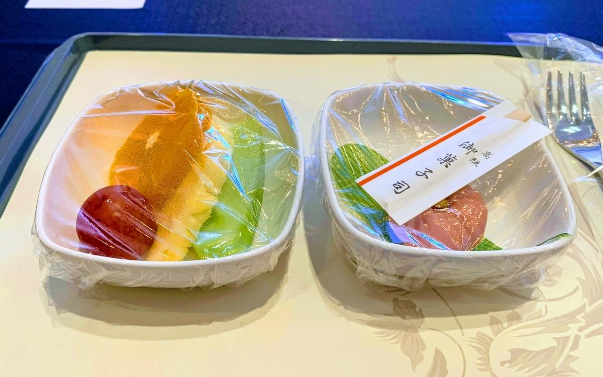 最後にフルーツと甘味。ラップがつけたままは愛嬌か。   エアチャイナフェスタ2019東京